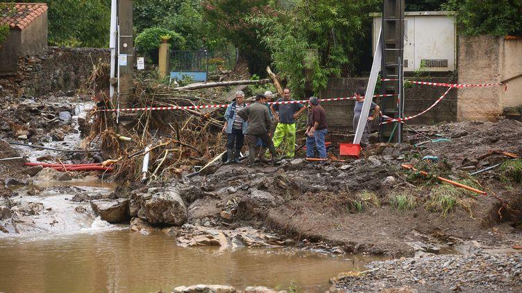 Les habitants réparent les dégâts après des inondations à Saint-Laurent-le-Minier (Gard), le 19 septembre 2014. (  MAXPPP)