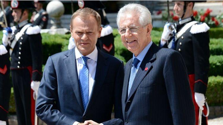 Mario Monti (à droite), en compagnie de Donald Tusk (à gauche)