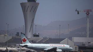 Un avion de la compagnie Air Canada s'apprête à décoller de San Francisco (Californie), le 30 juin 2020. (JUSTIN SULLIVAN / GETTY IMAGES NORTH AMERICA / AFP)