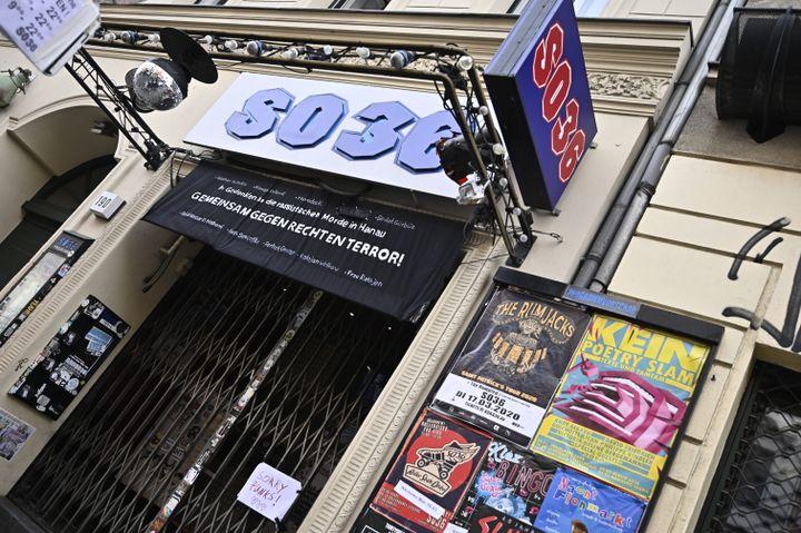 """L'entrée close du """"SO36"""", un célèbre club de Berlin (Allemagne), le 15 mars 2020. (TOBIAS SCHWARZ / AFP)"""