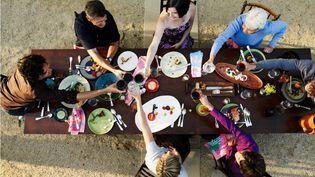 Sur dix enfants, sept vivent avec leurs deux parents, deux dans une famille monoparentale, et un dans une famille recomposée, selon une étude de l'Insee publiée le 23 octobre 2013. (THOMAS BARWICK / GETTY IMAGES)