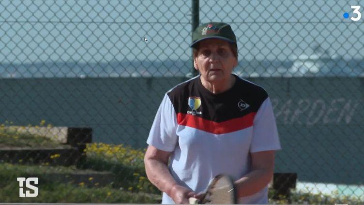 À 91 ans, Monique Giffard joue toujours au tennis. Elle représente ladoyenne des joueuses françaises et est numéro 1 mondiale dans sa catégorie d'âge. (Tout Le Sport / Capture)