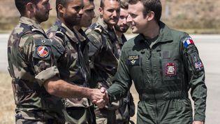 Emmanuel Macron rencontre des militaires sur la base aérienne d'Istres (Bouches-du-Rhône), le 20 juillet 2017. (ARNOLD JEROCKI / AFP)