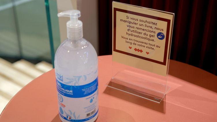 Du gel hydroalcoolique est mis a la disposition des clients afin qu'ils se desinfectent les mains avant de toucher les livres d'une librairie à Paris,le 11 mai 2020. (CELINE BREGAND/SIPA)