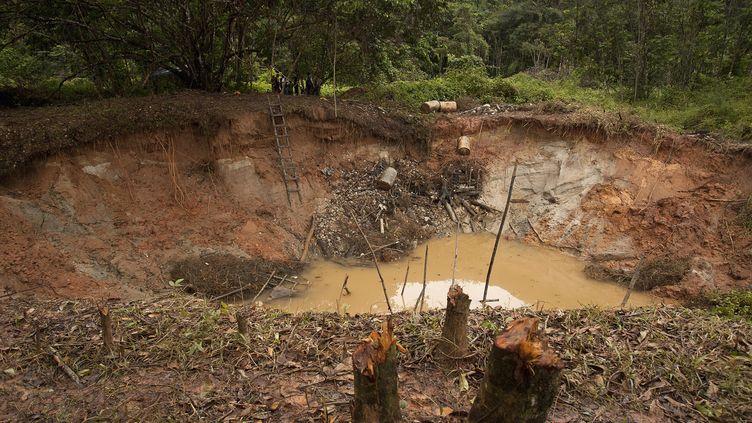Un site d'orpaillage clandestin près de la rivière Cassiporé (Brésil), non loin de la frontière avec la Guyane, le 9 mai 2012. (PAULO SANTOS / REUTERS)
