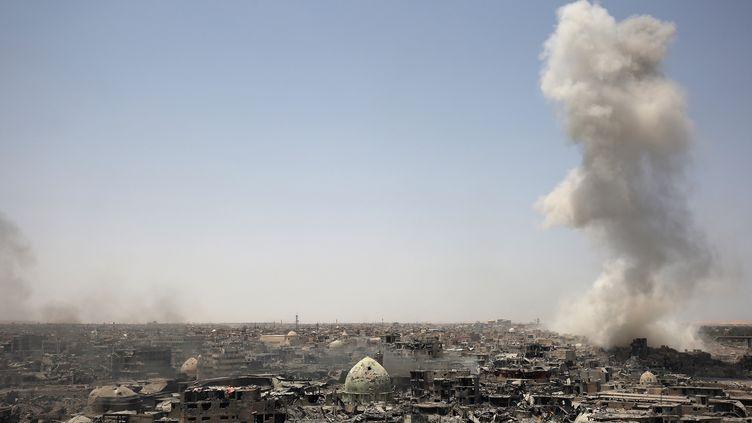 De la fumée s'élève de Mossoul (Irak), après une frappe aériennede la coalition internationale contre le groupe jihadiste Etat islamique, le 9 juillet 2017. (AHMAD AL-RUBAYE / AFP)