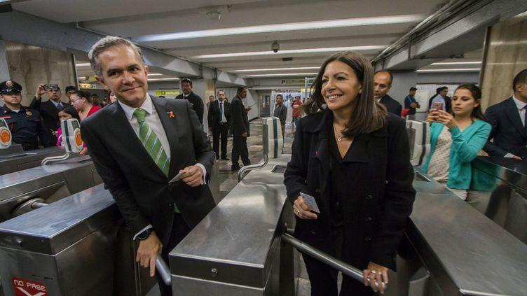 La maire de Paris, Anne Hidalgo, le 30 novembre 2016 à Mexico, en compagnie du maire de Mexico, Miguel Angel Mancera. (HECTOR GUERRERO/POOL / AFP POOL)
