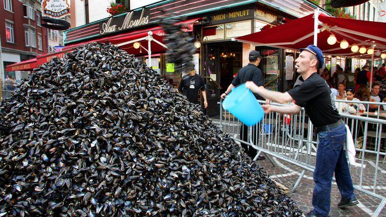 Une montagne de coques de moules à Lille en septembre 2004. (PHILIPPE HUGUEN / AFP)