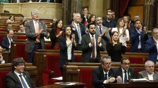 Les élus catalans applaudissent le président de la régionCarles Puigdemontau Parlement de Barcelone, le 27 octobre 2017 (MANU FERNANDEZ / AP / SIPA)