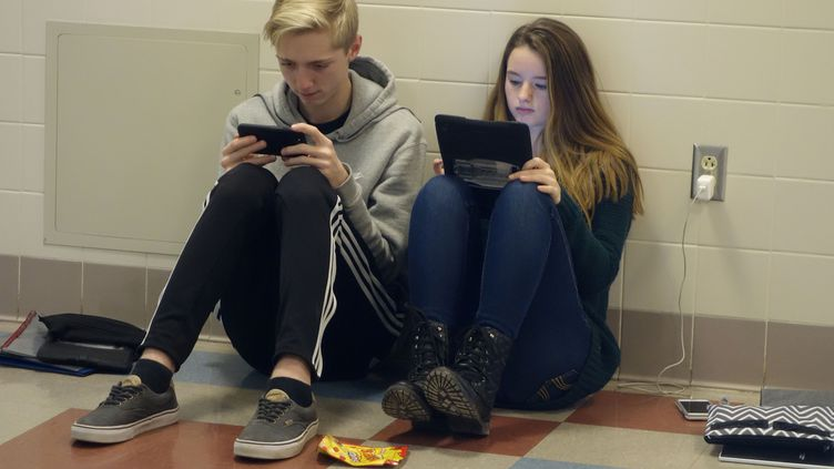 L'usage des téléphones portables est interdit en classe, mais pas dans les couloirs des établissements. (GETTY IMAGES)