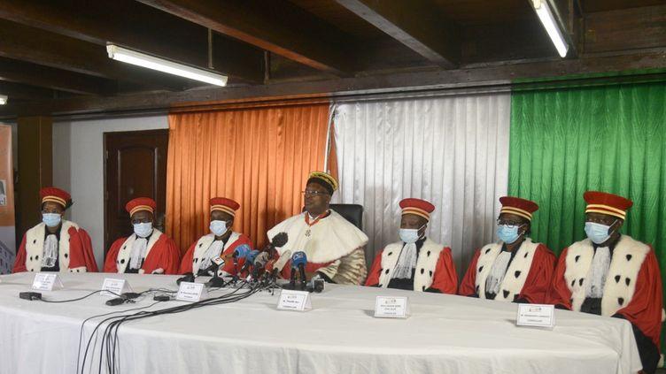 Le président du Conseil consitutionnel Mamadou Koné, au centre, et les membresde l'institution lors de l'annonce, le 14 septembre 2020, des candidatures validées pour la prochaine présidentielle en Côte d'Ivoire. (SIA KAMBOU / AFP)