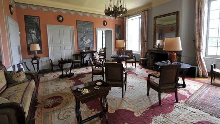 La salle de séjour du château de Varvasse, et ses meubles en ventes (21/9/2012)  (Thierry Zoccolan / AFP)