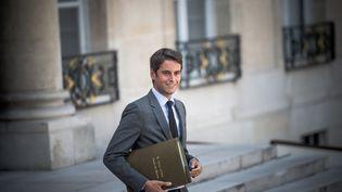 Le porte-parole du gouvernement, Gabriel Attal, le 25 août 2021, à la sortie du palais de l'Elysée. (ARTHUR NICHOLAS ORCHARD / HANS LUCAS / AFP)