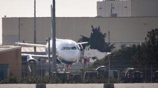 L'avionà bord duquel ont été rapatriés une trentaine de Français à l'aéroport de Istres (Bouches-du-Rhône), dimanche 9 février. (CLEMENT MAHOUDEAU / AFP)
