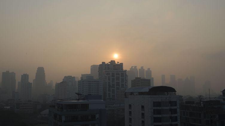 Un brouillard de pollution dans le ciel de Bangkok (Thaïlande), le 14 janvier 2019. (ROMEO GACAD / AFP)