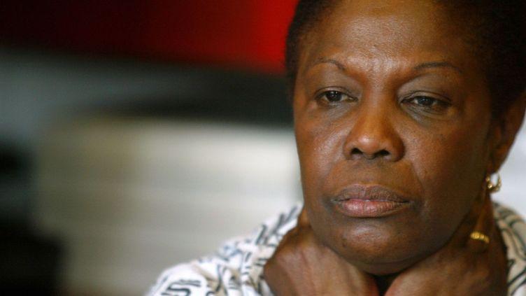 Osange Silou-Kieffer, l'épouse du journaliste franco-canadien Guy-André Kieffer disparu le 16 avril 2004 en Côte d'Ivoire, lors d'une conférence de presse le 28 avril 2004 à Paris au siège de l'organisation internationale de défense de la liberté de la presse, Reporters sans frontières (RSF). ( AFP PHOTO JEAN-PIERRE MULLER)
