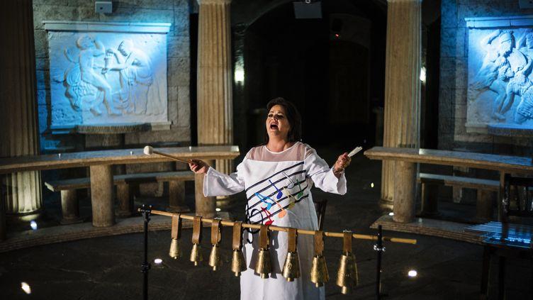 La chanteuse bulgare Smilyana Zaharieva lors de l'enregistrement de son record de puissance de voix par le Guiness World Record. (DIMITAR DILKOFF / AFP)
