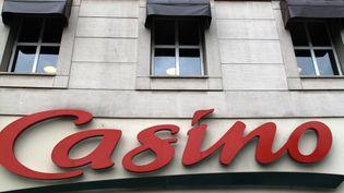 Une enseigne d'un supermarché Casino à pari le 28 juillet 2010. (ERIC PIERMONT/AFP)