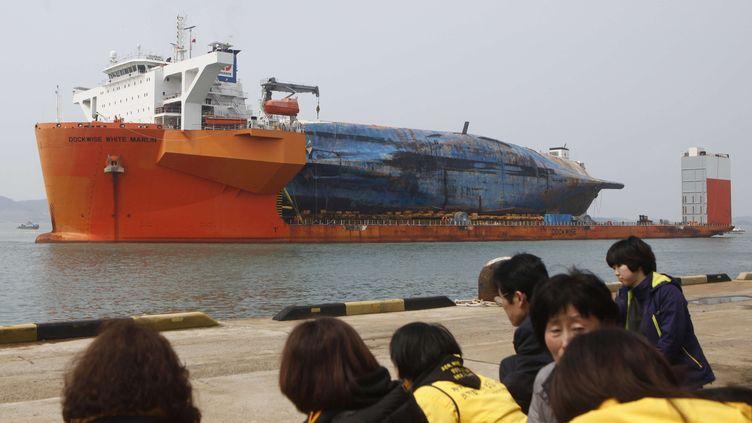 Les famillesdes victimes en pleurs sur le port de Mokpo en Corée du sud le 31 mars à l'errivée de l'épave du ferry Sewol (YAO QILIN / XINHUA / SIPA)