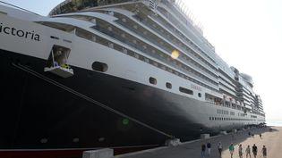 """Des touristes descendent du ferry """"Queen Victoria"""" pour une escale dans le port d'Ajaccio (Corse-du-Sud), le 10 juillet 2015. (PASCAL POCHARD-CASABIANCA / AFP)"""