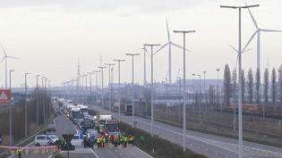 La Belgique est en grève générale mercredi 13 février et réclame de meilleurs salaires. Avec un espace aérien fermé, le pays tourne au ralenti. (FRANCE 2)