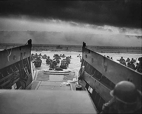 Des soldats américains débarquent en Normandie, le 6 juin 1944. (THE U.S. ARMY / FLICKR)