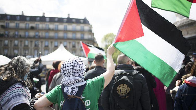 Lors d'un n rassemblement place de la République à Paris en soutien au peuple palestinien, le 13 mai 2021. (FIORA GARENZI / HANS LUCAS / AFP)
