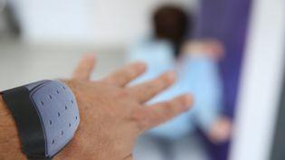 Un bracelet anti rapprochement pour luter contre les féminicides et violences conjugales. Photo d'illustration. (JEAN-FRAN?OIS FREY / MAXPPP)