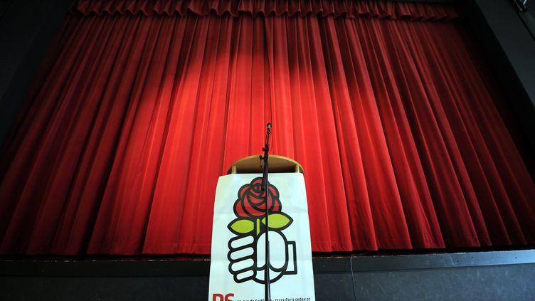 Logo du Parti Socialiste sur un pupitre lors du déplacement en Meurthe-et-Moselle d'Edouard Martin, le 25 janvier 2014. (/NCY / MAXPPP)