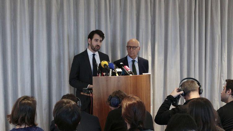 Antonin Lévy et Pierre Cornut-Gentille, les avocats de François et Penelope Fillon, lors d'une conférence de presse à Paris, le 9 février 2017. (GEOFFROY VAN DER HASSELT / AFP)