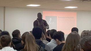 """Peter Ouko, anciencondamné à mort kényan, a rencontré les lycéens de """"L'Ensemble Sainte-Marie"""", mercredi 9 octobre, à Créteil. (FARIDA NOUAR / RADIO FRANCE)"""