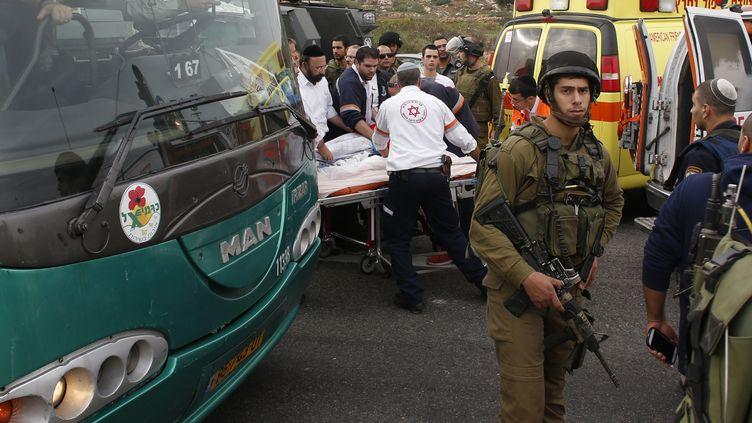Les ambulanciers évacuent une fillette blessée après l'attaque d'un Palestienien contre cinq civils israéliens, près de la colonie de Neve Daniel, en Cisjordanie occupée, le 12 décembre 2014. (RONEN ZVULUN / REUTERS)