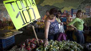 Des femmes font leurs courses à Caracas (Venezuela) le 19 février 2016. (ARIANA CUBILLOS / AP / SIPA)