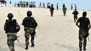 Des militaires tunisiens inspectent une plage après un attentat raté, à Sousse, le 30 octobre 2013. ( AFP )