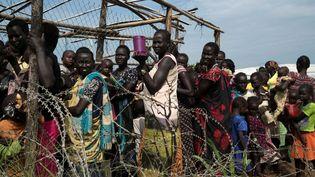 Des femmes font la queue pour recevoir de la nourriture dans un camp protégé par les Casques bleus à Juba, capitale du Soudan du Sud, le 25 juillet 2016. (Photo Reuters/Adriane Ohanesian)
