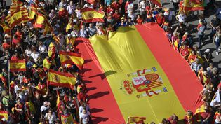 Des oppopsants à l'indépendance de la Catalogne, lors de la manifestation du dimanche 8 octobre à Barcelone. (LLUIS GENE / AFP)