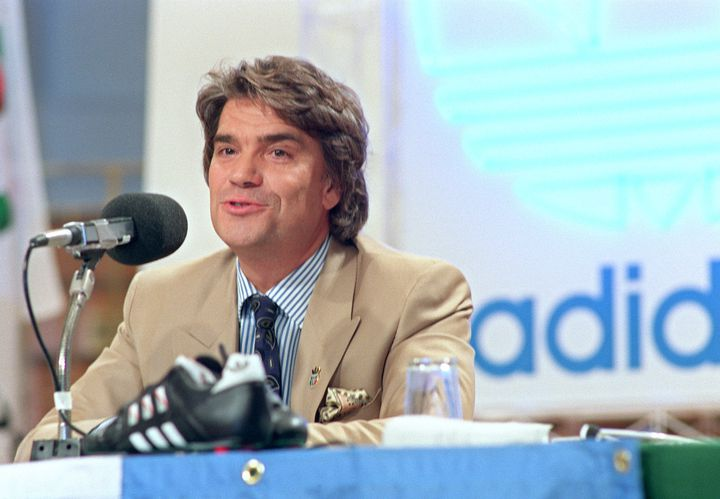 Bernard Tapie annonce le rachat de 80% d'Adidas, lors d'une conférence de presse en 1990 à Rome. (JEAN-LAURENT LAPEYRE / AFP)
