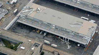 Une vue aérienne de l'aéroport de Kansai à Osaka, où règne le chaos après le passage du typhon, le 5 septembre 2018. (JIJI PRESS / AFP)