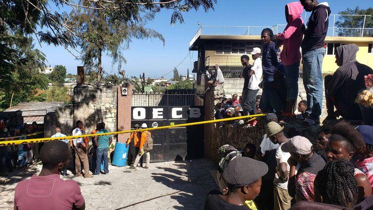 La foule devant un orphelinat frappé par un incendie à Kenscoff, en Haïti, le 14 février 2020. (DIEU NALIO CHERY / AP / SIPA)