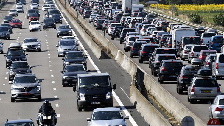 Des automobilistes coincés sur l'autoroute A7 près de Vienne (Isère), le 4 août 2018. (PHILIPPE DESMAZES / AFP)