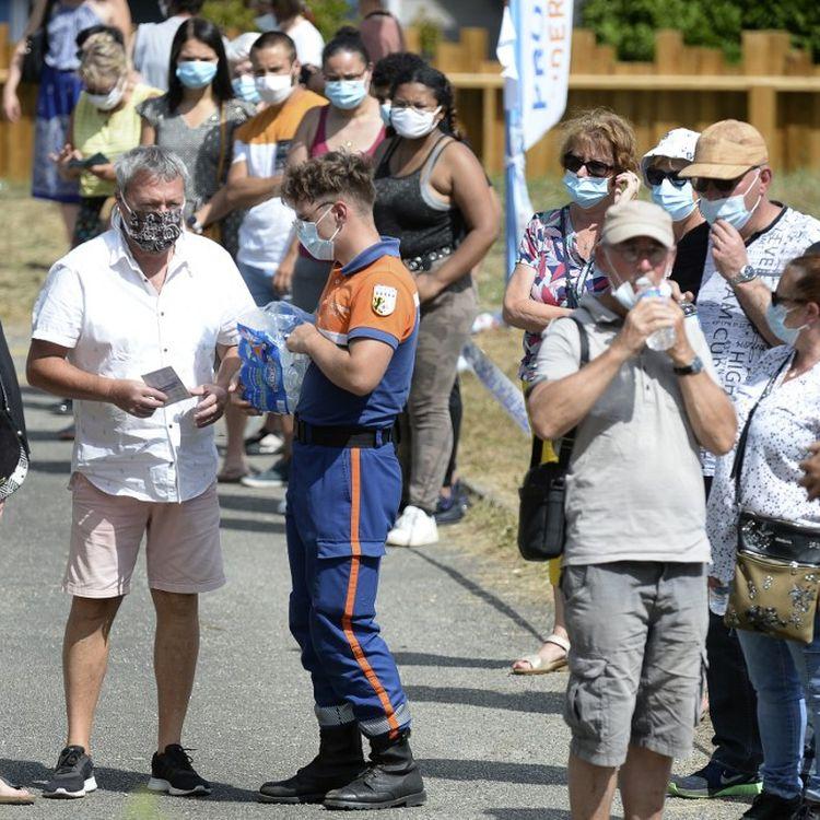 Une longue file d'attente de personnes venues se faire dépister du coronavirus à Laval (Mayenne) le 1er juillet 2020. (JEAN-FRANCOIS MONIER / AFP)