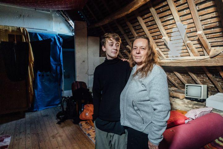 Isabelle et sa fille Maïwenn, le 9 janvier 2020,dans leur maison de Saint-Caradec (Côtes-d'Armor). (PIERRE MOREL / FRANCEINFO)