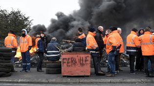 Des salariés d'Ascoval bloquent le rond-point à l'entrée de l'aciérie, le 29 octobre 2018. (FRANCOIS LO PRESTI / AFP)