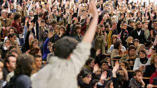 Des étudiants votent le blocus de l'université du Mirail, à Toulouse, le 18 avril 2006, pendant le mouvement de contestation contre le CPE. (GEORGES GOBET / AFP)