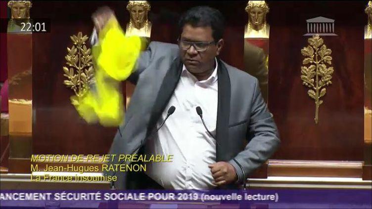 Capture d'écran du moment où le député Jean-Hugues Ratenon déploie un gilet jaune à l'Assemblée, le 26 novembre 2018. (JEAN-HUGUES RATENON)