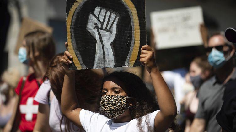"""Une manifestante célèbre le """"Jour de l'émancipation"""" à Vancouver, au Canada, le 1er août 2020. (DARRYL DYCK / AP / SIPA)"""