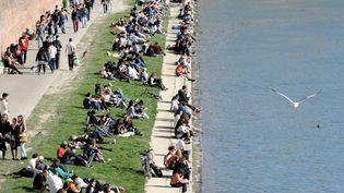 Des Toulousains profitent du soleil, dimanche 9 mars 2014. (MAXPPP)