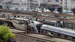Le train accidenté dans la gare de Brétigny-sur-Orge, le 13 juillet 2013. (KENZO TRIBOUILLARD / AFP)