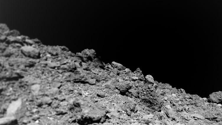 Les photos prises par le robot Mascot à la surface de l'astéroïde Ryugu en octobre 2018ont analysées pendant plusieurs mois par les scientifiques. (AFP PHOTO / Jaumann et. al., Science 2019)