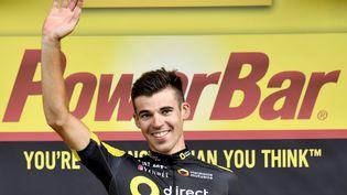 Le Français Lilian Calmejane, sur le podium après sa victoire de la huitième étape du Tour de France 2017 le 8 juillet à la station des Rousses (Bourgogne-Franche-Comté) (DIRK WAEM / BELGA MAG)